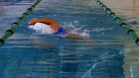 Подходящий пловец делая передний ход в бассейне акции видеоматериалы