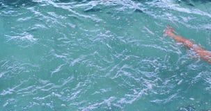 Подходящий пловец делая ход груди в бассейне сток-видео