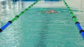 Подходящий пловец делая ход назад в бассейне акции видеоматериалы