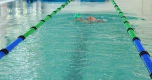 Подходящий пловец делая ход назад в бассейне видеоматериал