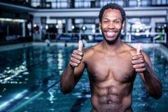 Подходящий пловец стоя с большими пальцами руки вверх Стоковое Изображение