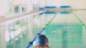 Подходящий пловец усмехаясь вверх на камере бассейном акции видеоматериалы