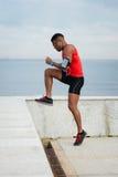 Подходящий спортсмен делая палец ноги выстукивает разминку стоковая фотография rf