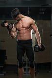 Подходящий спортсмен делая тренировку для бицепса Стоковое Изображение