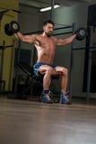 Подходящий спортсмен делая тренировку для плеча Стоковые Фотографии RF