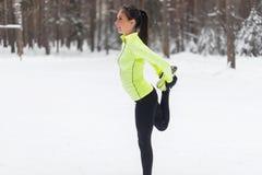 Подходящий спортсмен женщины делая бегуна женщины простираний Стоковые Фото