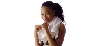 Подходящий спортсмен чернокожей женщины усмехаясь на камере Стоковое Изображение