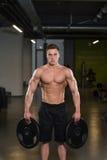 Подходящий человек держа весы в руке Стоковые Изображения RF