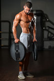 Подходящий человек держа весы в руке Стоковое фото RF