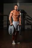 Подходящий человек держа весы в руке Стоковое Изображение RF