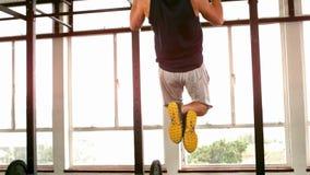 Подходящий человек делая тягу поднимает в студии фитнеса сток-видео