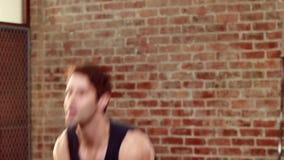 Подходящий человек используя kettlebell сток-видео