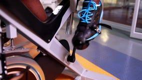 Подходящий человек на велотренажере видеоматериал