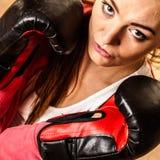 Подходящий sporty бокс женщины стоковые изображения rf
