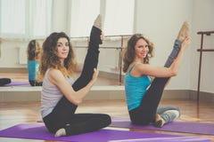 2 подходящих женщины протягивают ноги совместно Стоковые Изображения