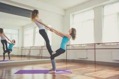 2 подходящих милых женщины делают тренировку баланса Стоковое Изображение RF