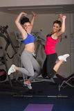 2 подходящих молодой женщины скача в спортзал Стоковая Фотография