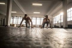 2 подходящих люд делая фитнес Стоковые Фото