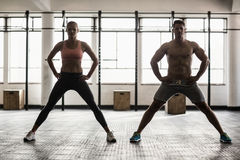 2 подходящих люд делая фитнес Стоковая Фотография