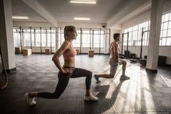 2 подходящих люд делая фитнес Стоковое фото RF