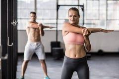 2 подходящих люд делая фитнес Стоковые Изображения RF