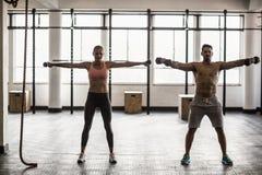 2 подходящих люд делая фитнес Стоковые Фотографии RF