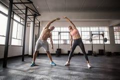 2 подходящих люд делая фитнес Стоковое Фото