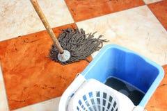 Пол чистки с mop стоковые фото