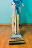 Пол чистки человека с винтажным пылесосом стоковые изображения
