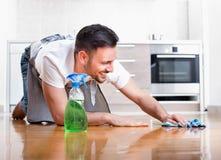 Пол чистки человека Стоковые Фото