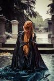 Под штормом, красивая женщина вампира в стробе дворца, готическом стоковое фото