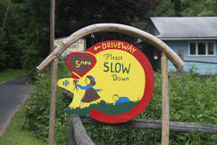 Подъездная дорога пожалуйста замедляет handmade знак Стоковое фото RF