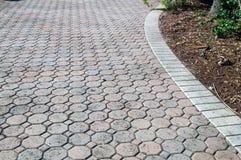 Подъездная дорога сформированная восьмиугольником bricked Стоковая Фотография RF