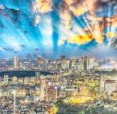 подъема японии зданий здания зодчества квартиры башня токио конкретного стеклянного высокого самомоднейшего селитебного стальная  Стоковое Изображение RF
