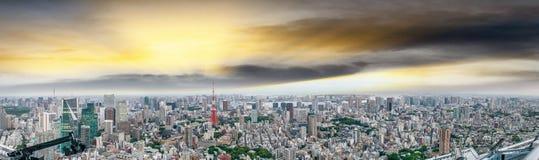 подъема японии зданий здания зодчества квартиры башня токио конкретного стеклянного высокого самомоднейшего селитебного стальная  Стоковое Изображение