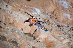 Подъемы альпиниста девушки на утесе Стоковое Изображение