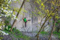 Подъемы альпиниста на утесе Стоковые Фотографии RF