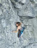Подъемы альпиниста утеса женщины на скале Стоковое Фото