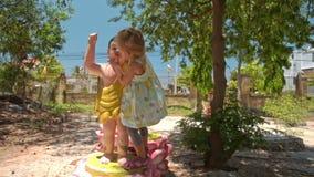 Подъемы маленькой девочки на малой статуе Будды в парке виска акции видеоматериалы