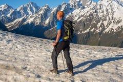 Подъемы путешественника человека вдоль наклона горы Стоковое Фото