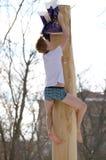 Подъемы человека над скользким деревом Стоковая Фотография RF