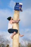 Подъемы человека над скользким деревом Стоковое Изображение RF