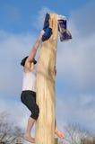 Подъемы человека над скользким деревом Стоковое Изображение