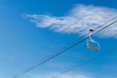 Подъемы лыжи на предпосылку голубого неба Стоковое фото RF