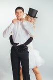 Подъемы Groom в невесту блондинкы оружий стоковая фотография rf