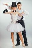 Подъемы Groom в невесту блондинкы оружий стоковое фото