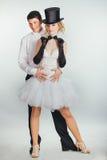 Подъемы Groom в невесту блондинкы оружий стоковая фотография