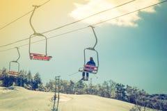 Подъем захода солнца и лыжи идя над горой (фильтрованным pr изображения Стоковые Фото