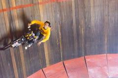 Подъем и бег мотоцикла на стене круга Стоковое фото RF