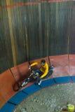 Подъем и бег мотоцикла на стене круга Стоковая Фотография RF